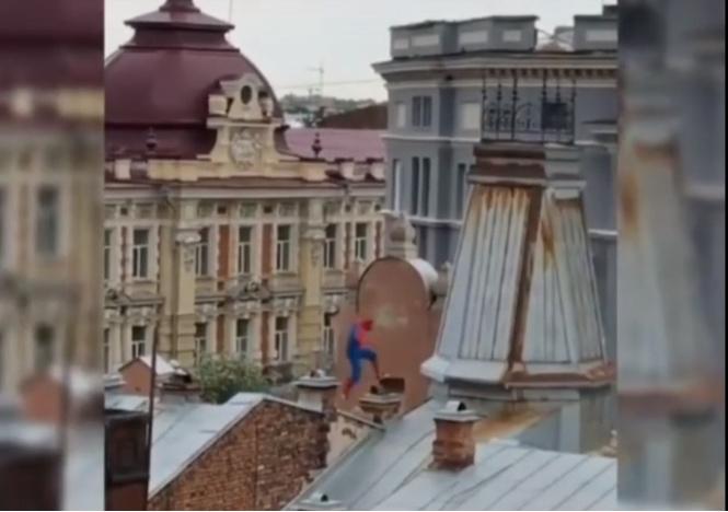 крышах иркутска замечен человек-паук какой-то неправильный видео