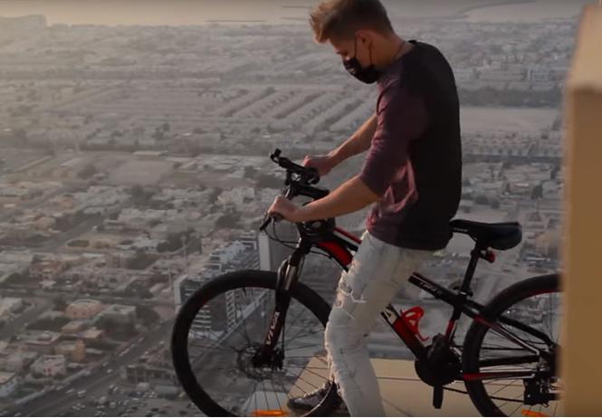 российский руфер объехал небоскреб кромке крыши велосипеде видео