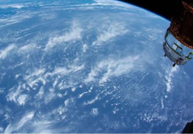 командир мкс показал длинное залипательное видео орбиты