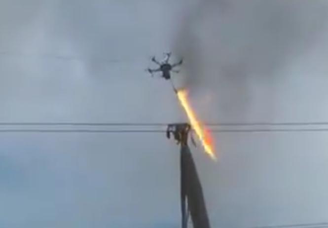 Симбиоз лучших технологий: дрон с огнеметом (ВИДЕО)