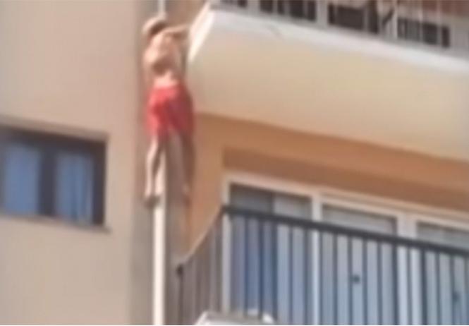 Турист дерзко прыгает с балкона отеля в бассейн. Вроде все кончилось хорошо (ВИДЕО)