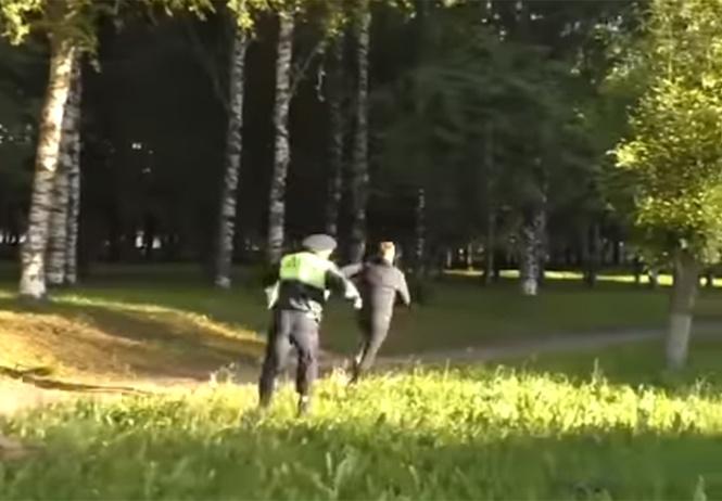 В Кирове пьяный водитель попытался сбежать от полиции, но потом назвал это обычной пробежкой (видео)