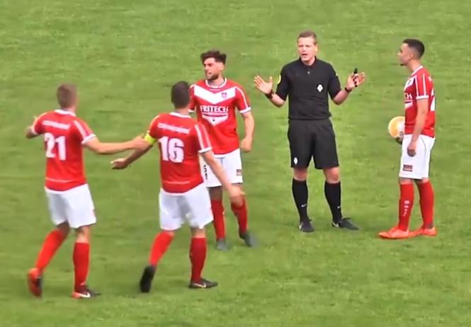 Судья забил гол и засчитал его (почти уникальное видео)