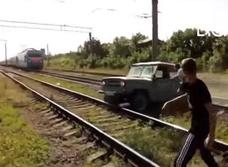 Красивая авария по-русски: скорый поезд сминает «УАЗ» (видео!)