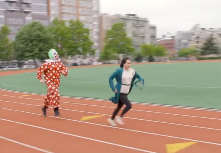Фото №1 - Маньяки с бензопилами, жуткие клоуны и злобные копы. Американский телеканал придумал фитнес, основанный на твоих страхах (видео)