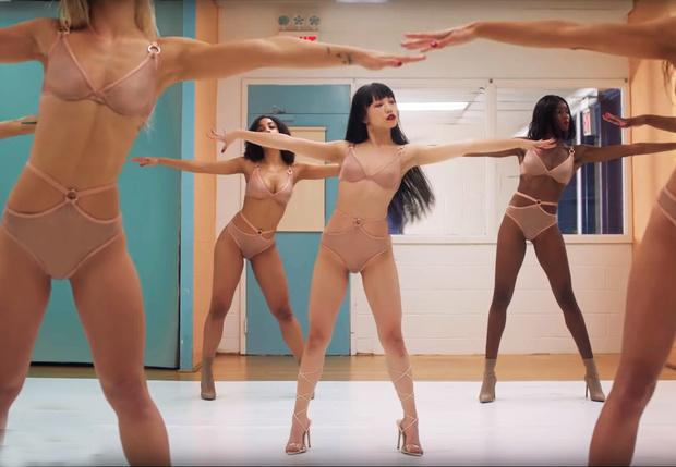 Фото №1 - Эротическая аэробика в весенней рекламе белья от Agent Provocateur