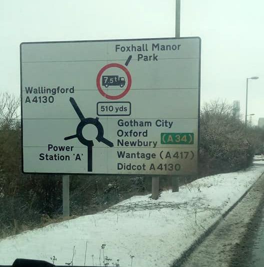 Фото №2 - На дорожных знаках в Англии появились указатели на Средиземье, Готэм и другие выдуманные места