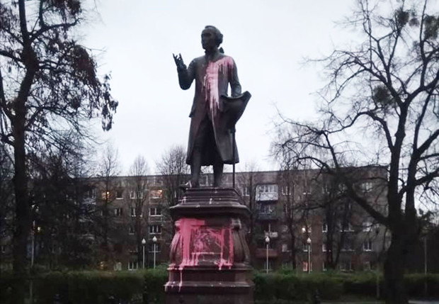 Фото №1 - В Калининграде облили краской памятник Канту и назвали его «предателем Русской Земли»