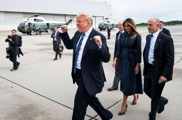 Фото №2 - Лучшие фотожабы на странный жест Трампа