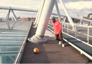Футболист забил с крыши 52-метрового стадиона. Дважды! (видео)