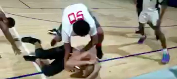 Фото №1 - Особенности американского баскетбола: драка школьной команды и судей (ВИДЕО)
