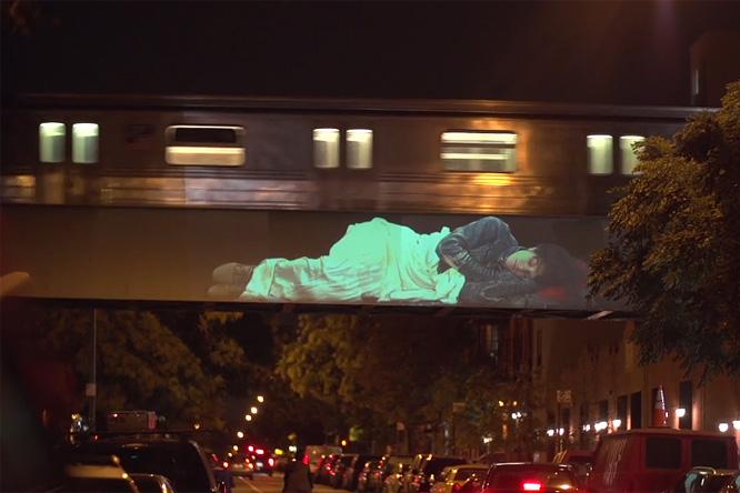 Фото №1 - На улицах Нью-Йорка паника! Город заполонили спящие великаны