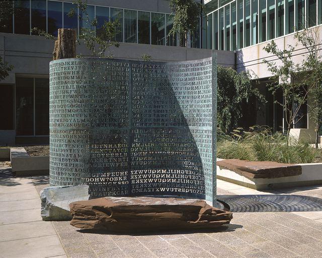 Фото №1 - Загадочная скульптура во дворе ЦРУ, текст на которой не могут расшифровать уже почти 30 лет