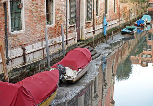 Фото №3 - Полюбуйся (с содроганием), как выглядят улицы Венеции без воды!
