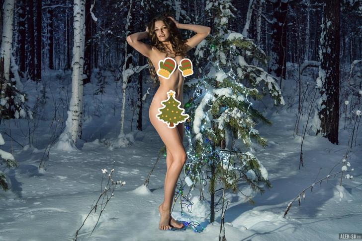 Фото №1 - Модель сфотографировалась в лесу совершенно голой в знак протеста против вырубки елей (и ВИДЕО тоже есть!)