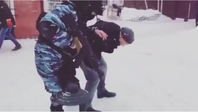 Как правильно конвоировать арестованного (ВИДЕО)