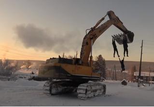 Отчаянные сибиряки устроили карусель на экскаваторе в 40-градусный мороз (видео)