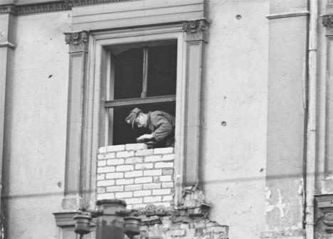 Фото №2 - История одной фотографии: жительница Восточного Берлина бежит в Западный через окно, 1961 год