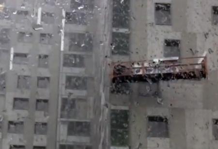 В Перми строительная люлька с рабочими оказалась в центре урагана (жуткое ВИДЕО)