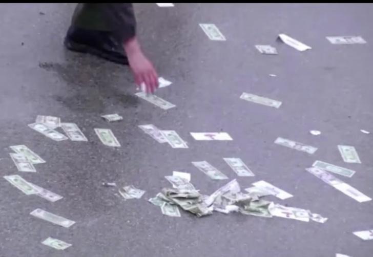Фото №1 - Шоссе засыпало деньгами! Настоящими! (Упоительное ВИДЕО)