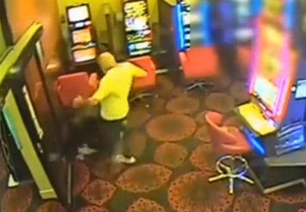 Фото №2 - Посетитель казино голыми руками отбил нападение грабителей с мачете (вдохновляющее видео)