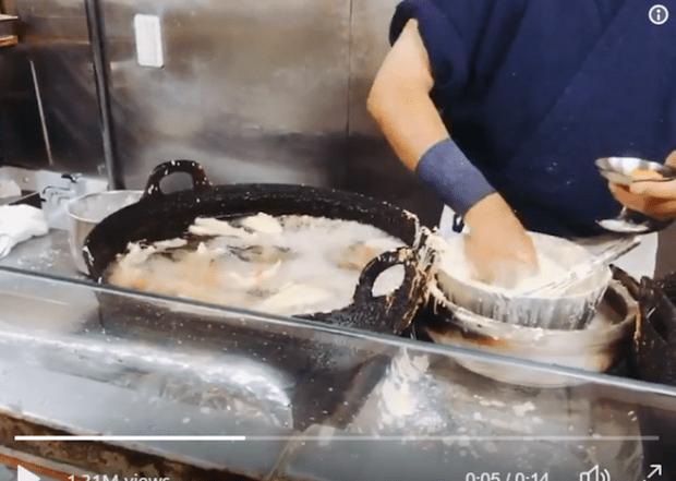 Фото №1 - Японский повар готовит голыми руками в раскалённом масле (видео)
