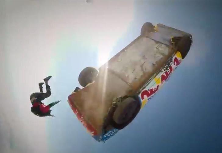 Фото №2 - Что будет, если сбросить машину с самолета? Чтобы посмотреть, скайдайверы прыгнули вместе с ней. Улетное ВИДЕО!