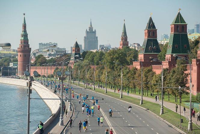 Московский Марафон, вид на Кремль и участников