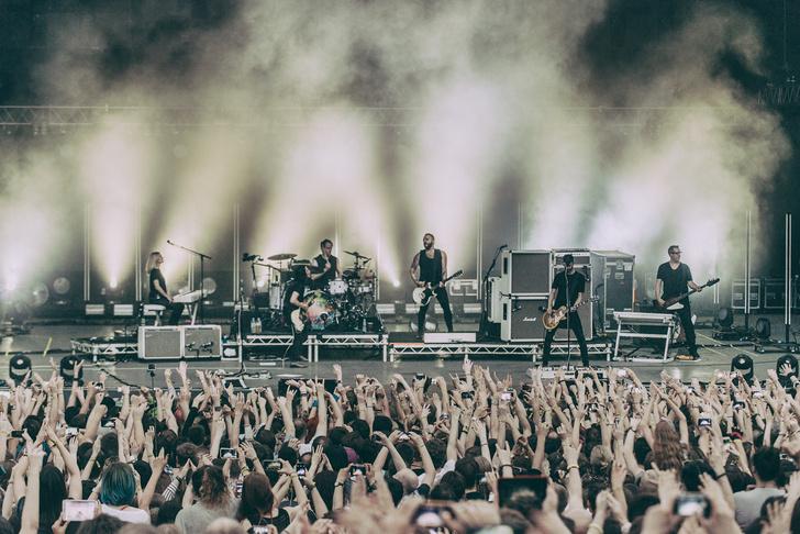 Фото №5 - Лечение роком. Что вытворяют на своих концертах культовые британцы Placebo