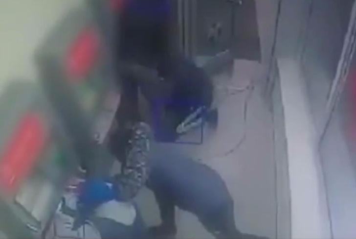 Фото №1 - Ограбление по-московски: сноровистые налетчики взорвали банкомат и украли 40 миллионов рублей (ОСЛЕПИТЕЛЬНОЕ ВИДЕО)
