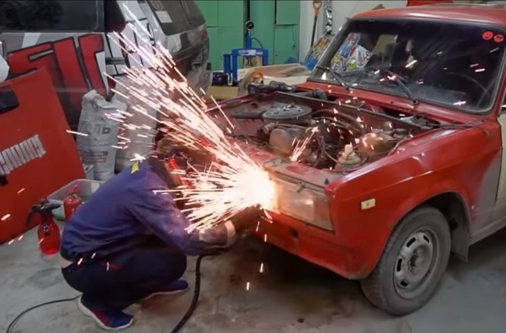 Фото №1 - Мужики зарядили под капот автомобилю два движка — и давай разгоняться (видео)