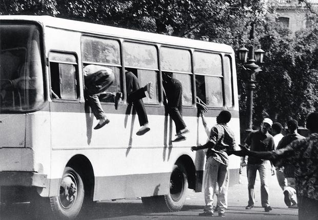 Фото №1 - Почему на окнах автобусов и троллейбусов пишут «запасный выход», а не «запасной»?