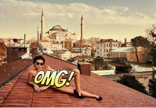 Модель сфотогорафировалась обнаженной в турецком храме