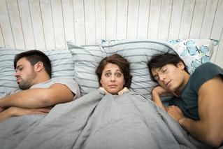 6 случаев, когда женщина врет тебе в постели