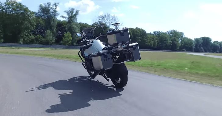 Фото №1 - BMW выпустила мотоцикл, который ездит без водителя (видео)