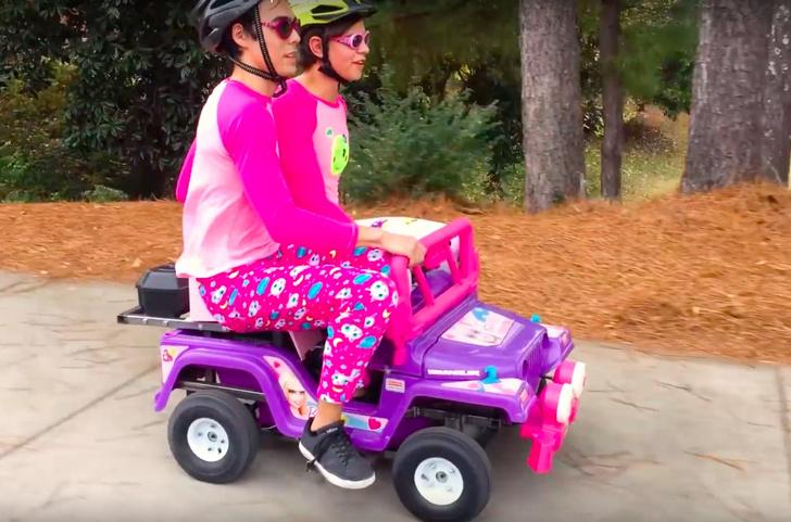 Фото №1 - Что будет, если на игрушечную машинку для Барби установить двигатель 250cc (ВИДЕО)