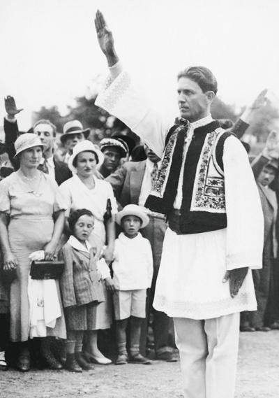 Румынец в национальном костюме приветствует коллег по партии. 1936 год