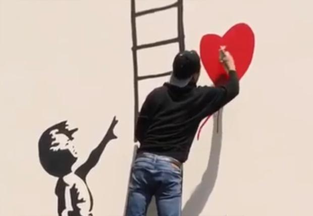 Фото №1 - Парень нарисовал граффити и скрылся от набегающего охранника по нарисованной лестнице (вирусное видео)