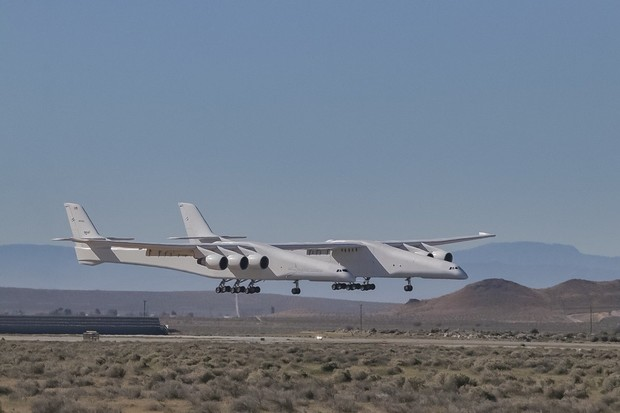 Фото №1 - Самый большой в мире самолет полетел (видео)