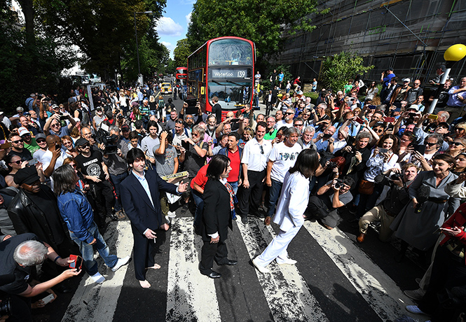 Фото №1 - Тысячи людей собрались на переходе Abbey Road в честь юбилея обложки The Beatles (фото, видео)