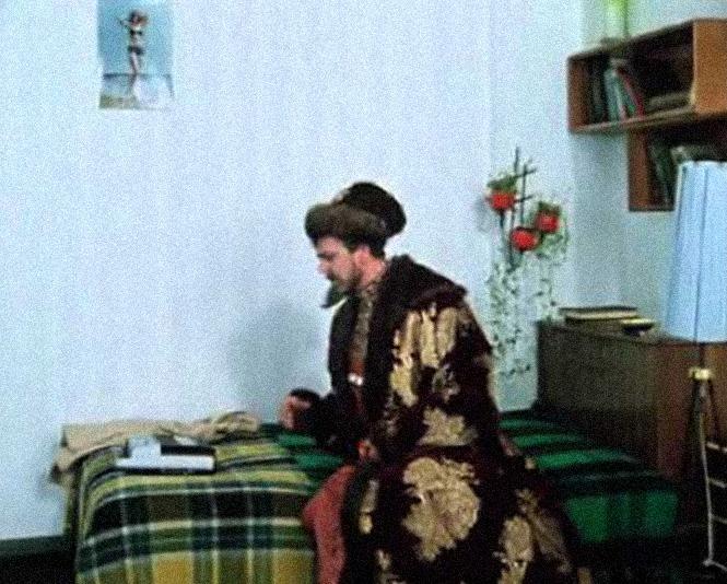 Иван Васильевич слушает музыку