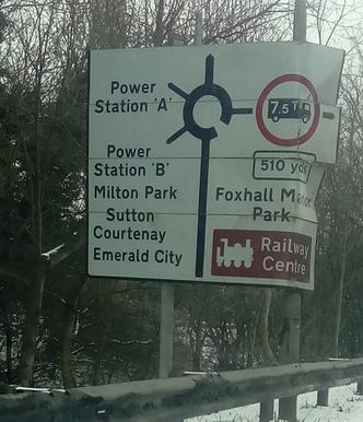 Фото №6 - На дорожных знаках в Англии появились указатели на Средиземье, Готэм и другие выдуманные места