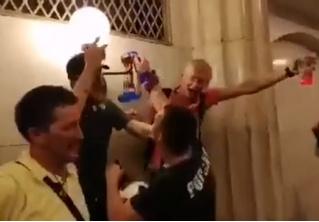 Российские болельщики громят станцию метро, а полицейские просто проходят мимо! Мистическое ВИДЕО