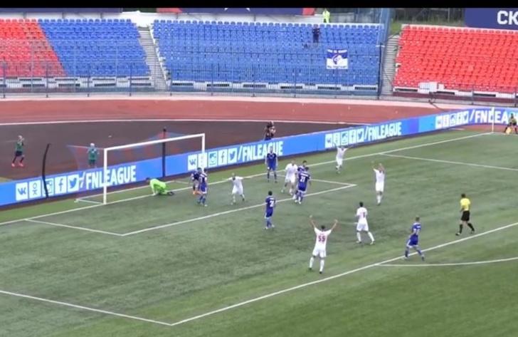 Фото №1 - Самый абсурдный футбольный гол этого лета: игрок забил лежа (видео)