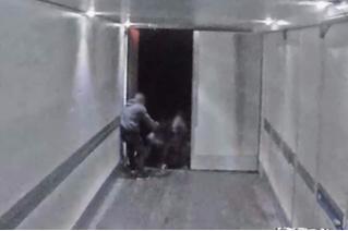 Смотри, что делается: грабители-экстремалы обчищают фуры прямо на ходу!