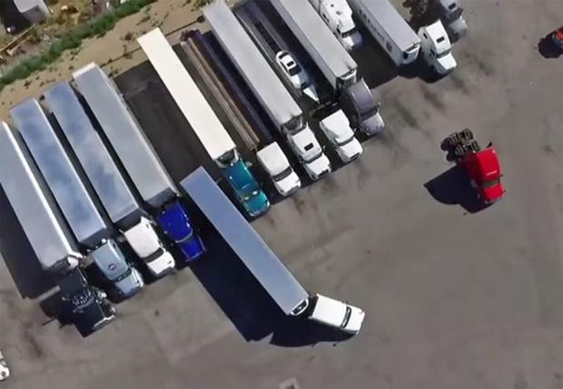 Фото №1 - Профессиональный водитель паркует фуру (видео с дрона)