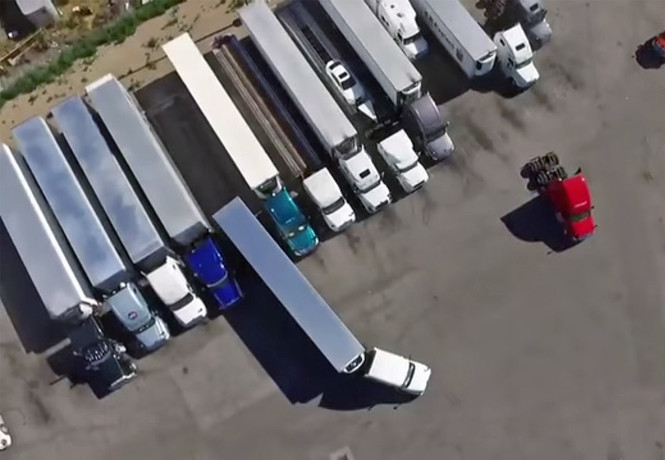 Смотри, как профессиональный водитель паркует фуру, — видео с дрона!
