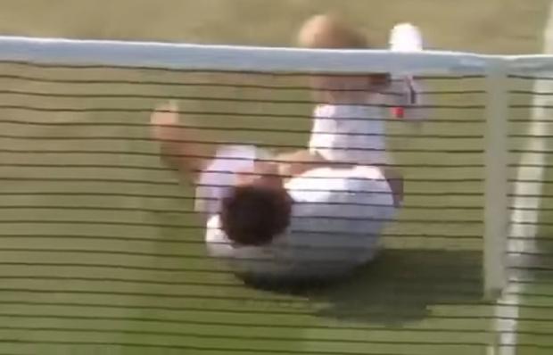 Фото №1 - Бьоркману прилетело мячом по голове, и он принялся тонко троллить Неймара (насмешливое ВИДЕО)