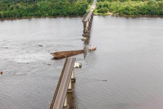 Судно проломило опору и обрушило 860-метровый мост (видео последствий)