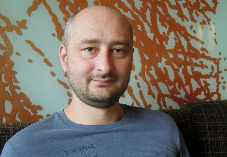 Фото №1 - Аркадий Бабченко жив! И дал пресс-конференцию, на которой все объяснил (ВИДЕО)